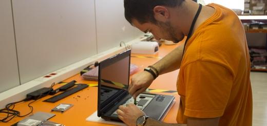 Trabajador repararando un equipo